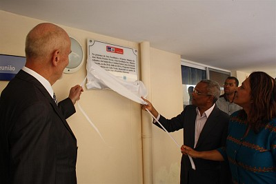 Prime Minister of CV, Minister of Health of CV and Ambassador from Slovenia revealing the NTP acknowledgment sign at Sal Rei Hospital